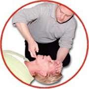 Faciliter la respiration de la victime. © Croix-Rouge française, G. Pascaud