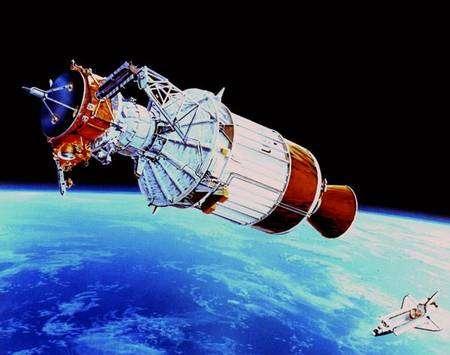 Ulysse à son lancement, venant de quitter la soute de la navette. La sonde est fixée sur son étage propulseur qui l'amènera sur son orbite définitive autour du Soleil, après un long périple de quatre ans. Crédit Nasa