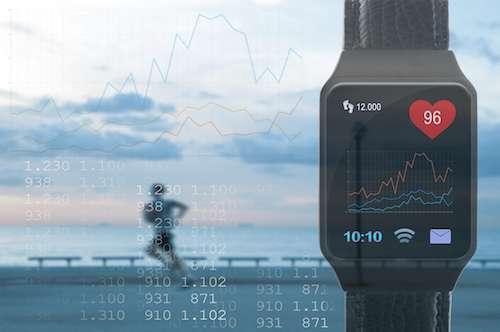 La montre d'un coureur est désormais capable de réceptionner les informations transmises par des capteurs intégrés dans un tee-shirt. © jdiuanci, Fotolia
