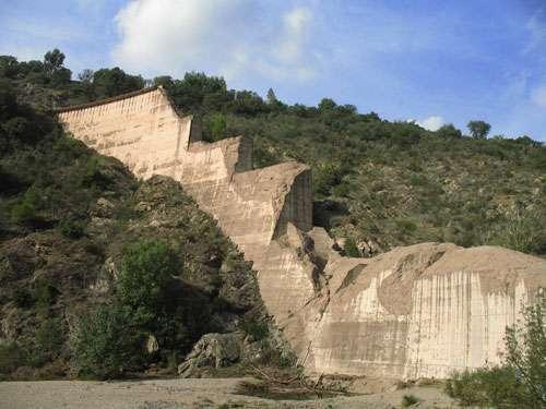 Un exemple de risque technologique (risque géologique) : les restes du barrage de Malpasset (vallée du Reyran, près de Fréjus, département du Var) détruit le 2 décembre 1959. La catastrophe fit 423 victimes. © AB
