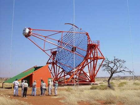 Les télescopes H.E.S.S. : en Namibie, les quatre téléscopes identiques du High Energy Stereoscopic System détectent des éclairs ténus dans l'atmosphère engendrés par l'absorption des rayons gamma de ultra haute énergie. Crédit : H.E.S.S.