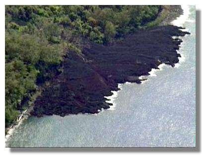 Les coulées agrandissent l'île de Lopévi d'année en année © IRD/S. Wallez