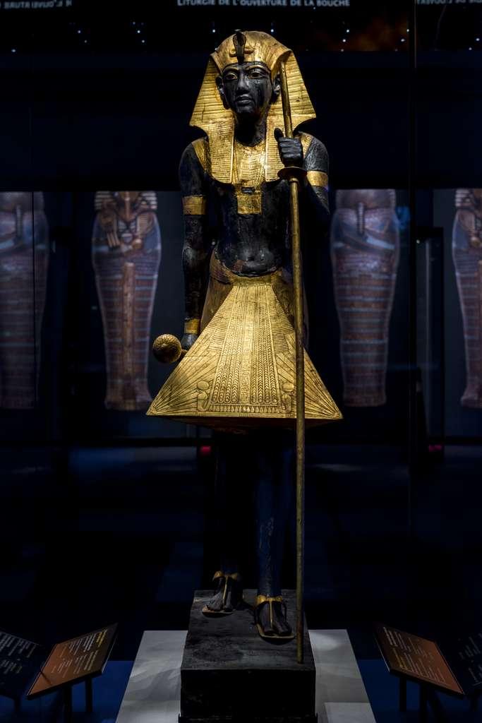 Statue en bois d'un gardien du tombeau de Toutânkhamon, taillée à l'effigie de ce dernier, visible pour la première fois hors d'Égypte. © Vincent Nageotte