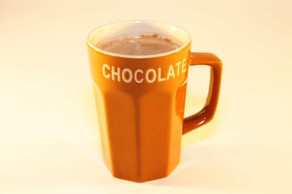 Peut-être que le verre importe peu quand on court après l'ivresse. En revanche, sa couleur est importante quand on recherche le goût. Les tasses orange ont notre préférence sur le blanc ou le rouge lorsqu'il s'agit de chocolat chaud. © Nickyj, StockFreeImages.com