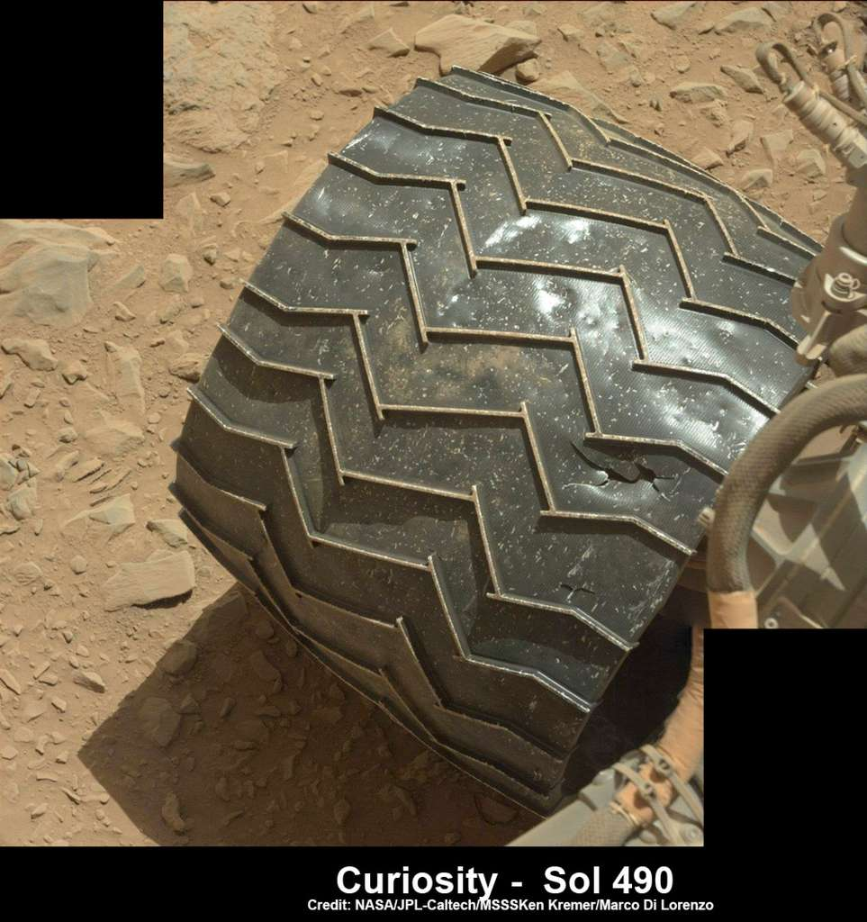 Avant de décider d'un itinéraire de remplacement pour Curiosity, la Nasa va examiner avec attention chaque roue du rover. Les roues ont été conçues pour rouler de façon normale même si elles sont cabossées ou ont des trous. Toute la difficulté est de déterminer dans quelle proportion ces dégradations pourraient être un frein à la locomotion de l'engin. © Nasa, JPL
