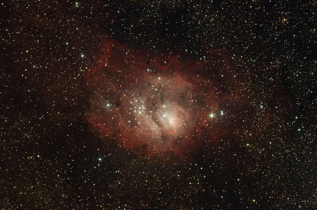 Comme la nébuleuse Oméga, celle de la Lagune abrite une nurserie stellaire au sein de nuages de gaz et de poussière. © G. Bauza