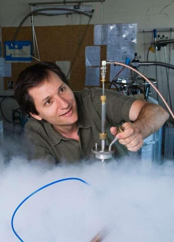 Le physicien Julien Bobroff dans son laboratoire. © B. Rajeau, Photothèque CNRS-2011