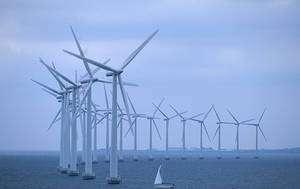 Les éoliennes offshores bénéficient de vents plus constants que les éoliennes terrestres. La mise en réseau de ces parcs implantés selon les variations météorologiques géographiques et annuelles permet de produire de l'électricité de manière continue et avec une amplitude de variations plus faibles. © Less Salty Wikimedia Commons CC by-sa 3.0