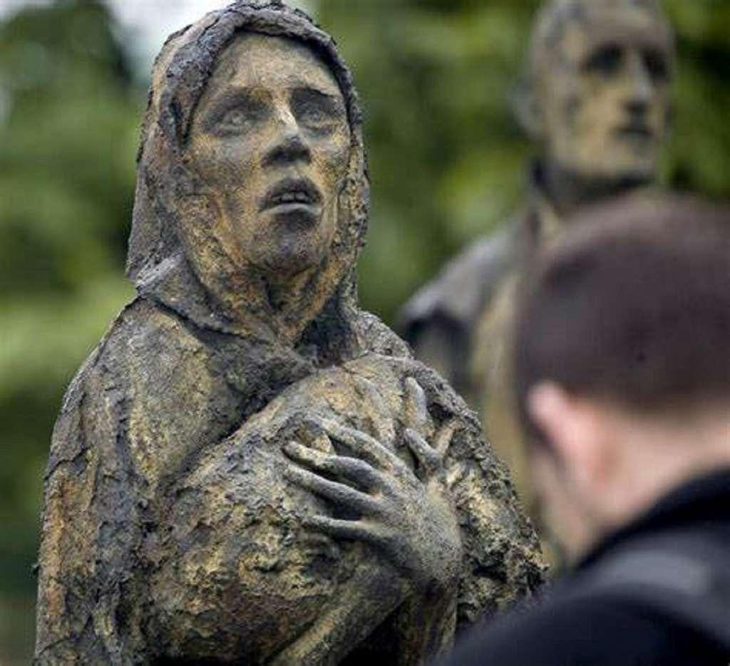 """Mémorial de la """"Grande Famine"""" en Irlande (photo détail d'une statue), sculpté par Rowan Gillepsie, Dublin, 1997. © Arap / Fotolia."""