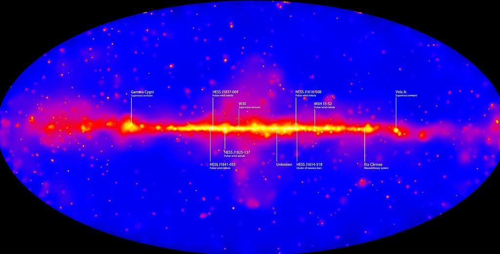 Cette carte montre les émissions dans le domaine des rayons gamma dans la Voie lactée telles que les observe le satellite Fermi. Ces émissions sont intenses dans le disque de notre galaxie. On voit aussi plusieurs pulsars qui ont été détectés en association avec ces émissions de rayons gamma. © Nasa, Fermi LAT Collaboration