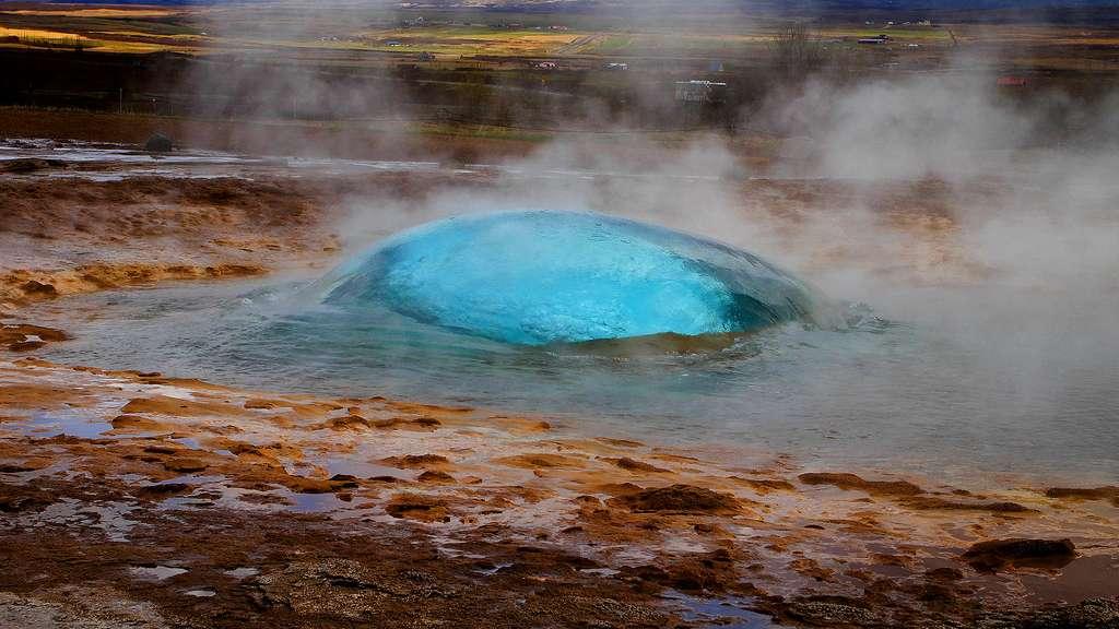 Le Strokkur sur le point d'entrer en éruption, en Islande
