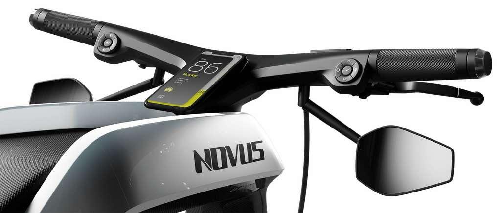 Le cockpit de la Novus est muni d'un écran Led, mais le conducteur peut également utiliser son smartphone. © Novus