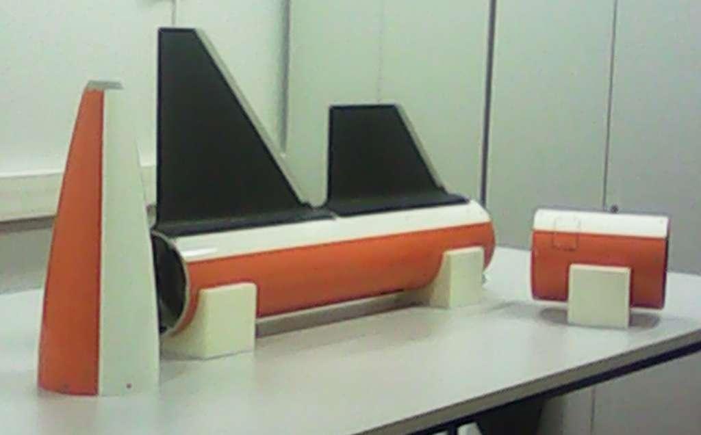 Des pièces de la fusée Sera réalisées au laboratoire de mécatronique de l'Ipsa, en matériau composite. De gauche à droite : la coiffe, le tube intermédiaire sur lequel ont été posés deux ailerons (correspondant à deux modèles différents) et le tube haut. Ces pièces devront supporter de sévères contraintes durant le vol. © Ipsa