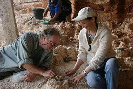 Jean-Paul Raynal et le professeur Fatima-Zohra Sbihi-Alaoui de l'Institut National des Sciences de l'Archéologie et du Patrimoine (Rabat) dégageant la mandibule fossile. Crédit : Rosalia Gallotti