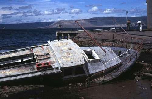 L'éruption conjointe du Tavurvur et du Vulcan (en arrière-plan) en Papouasie-Nouvelle-Guinée le 19 septembre 1994 a provoqué un tsunami qui a dévasté la baie de Rabaul. © J.-M. Bardintzeff