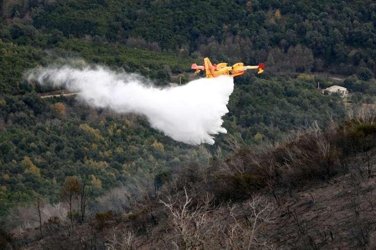 La Corse attend un renfort aérien. Ici un avion bombardier d'eau près du village de Vignale en Haute-Corse, le 16 décembre 2011. © Pascal Pochard Casabianca, AFP Archives