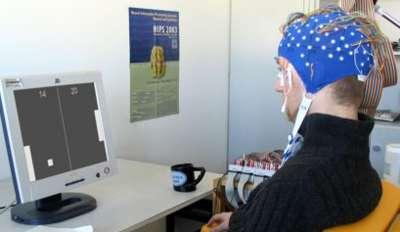Bien sûr, le casque n'est pas très esthétique et on remarque sur l'écran que les jeux vidéo testés aujourd'hui restent sommaires (pour les moins de trente ans, signalons que nous sommes en présence du vénérable Pong, qui faisait fureur dans les années 1970). Joystick et souris ont encore de beaux jours devant eux. © Institut Fraunhofer