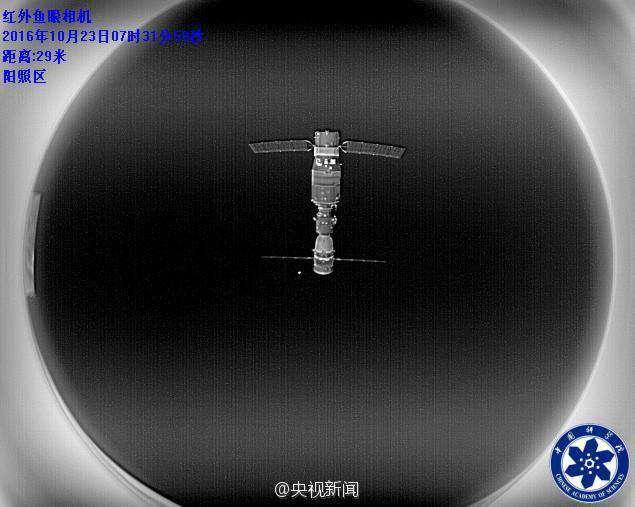 Le module Tiangong 2 photographié par le très petit satellite Banxing-2, lancé depuis le module orbital. © CNSA