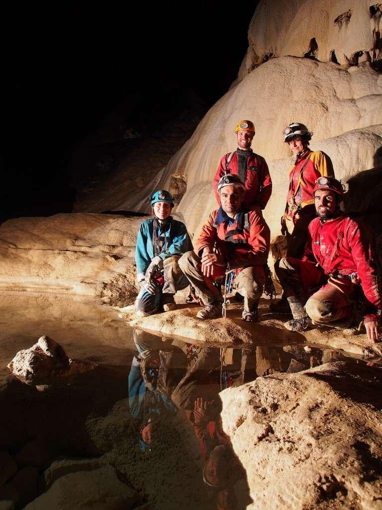 L'équipe presque au complet dans la grotte Favot, lors d'un entraînement dans le Vercors, en juin 2013. Debout derrière (de gauche à droite), Matthieu Thomas et Marie-Pierre Lalaude-Labayle ; accroupis (de gauche à droite), Stéphanie Jagou, Pascal Orchampt et Olivier Testa. Manquent Anne-Sophie Brieuc et Jean-François Fabriol. © Olivier Testa