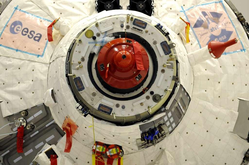 Le système d'arrimage à l'ISS, de conception et de fabrication russe, identique à celui qui équipe les vaisseaux Soyouz et les cargos Progress depuis plus de trente ans. L'ATV-2 s'arrimera au module de service russe Zvezda. © Astrium /C. Armieux, 2010