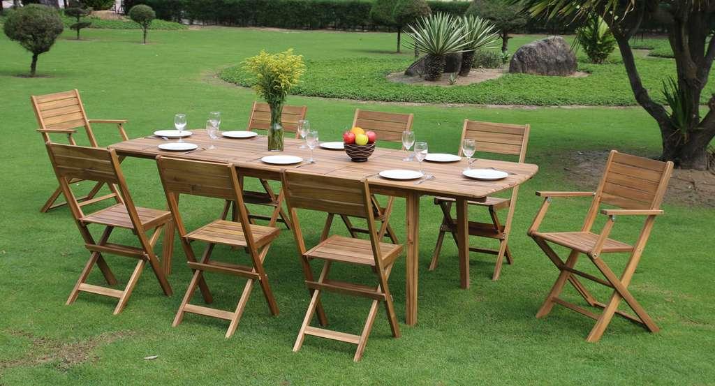 Les meubles de jardin en bois possèdent un charme naturel et chaleureux. Ici, en acacia, cette table prévue pour six est équipée d'une rallonge. Pratique pour accueillir des invités supplémentaires. © Oogarden