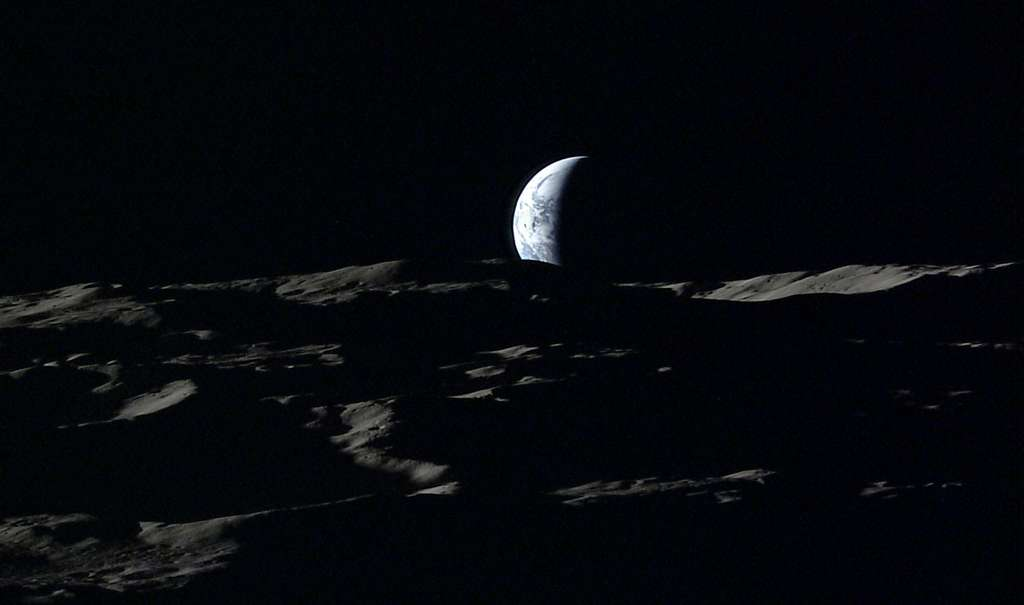 La Terre s'enfonce dans le paysage lunaire