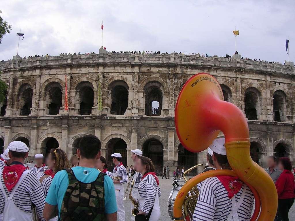 Les arènes et les festivaliers pendant la feria des vendanges à Nîmes. © G CHP, Wikimedia Commons, CC by-sa 2.0