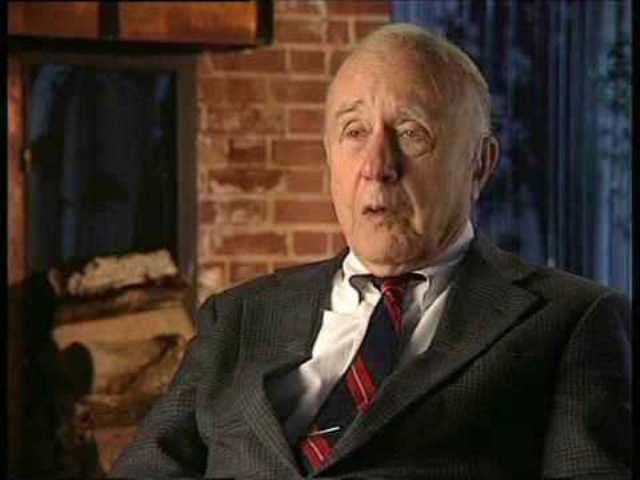 John Archibald Wheeler a connu de très près tous les créateurs de la physique du siècle dernier, notamment Bohr et Einstein. Célèbre pour ses spéculations hardies sur les fondements de la physique et le principe anthropique, il fut l'un des concepteurs de la bombe H américaine. On lui doit d'importants travaux sur la physique des trous noirs et la gravitation quantique. © webofstories.com