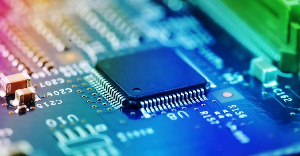 L'emballage extérieur (grande forme rectangulaire sur la gauche) abrite les circuits intégrés qui contiennent les minuscules composants comme les transistors. Le boîtier protège le plus petit circuit intégré et fournit le moyen de connecter le circuit à la carte de circuit intégré. © The Len - Shutterstock
