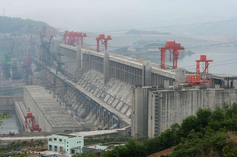 Le barrage des Trois-Gorges est le plus grand barrage jamais construit. Réalisé par étapes entre 2006 et 2009, il a entraîné le départ de plus de 1,8 million d'habitants, sans qu'ils n'aient reçu d'aide de l'État. Ce barrage accumule tellement de déchets que les portes pourraient se trouver rapidement obstruées. © Christoph Filnkößl, Wikipédia, cc by 3.0