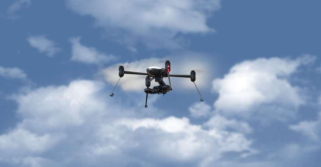 Dédié à la sécurité publique, le X4-ES du Canadien Draganfly se donne pour mission d'aller capturer des images au plus vite en situation d'urgence et se vante de pouvoir « sauver des vies ». © Draganfly