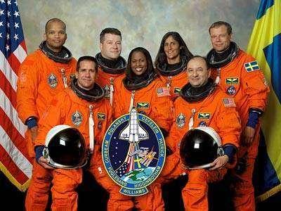 Portrait officiel de l'équipage de la mission STS-116. De gauche à droite, premier rang: William A. Oefelein, pilote; Joan E. Higginbotham, spécialiste mission; Mark L. Polansky, commandant de bord. Deuxième rang: Robert L. Curbeam, Nicholas J.M. Patrick, Sunita L. Williams et l'astronaute suédois de l'ESA Christer Fuglesang, tous spécialistes de mission.