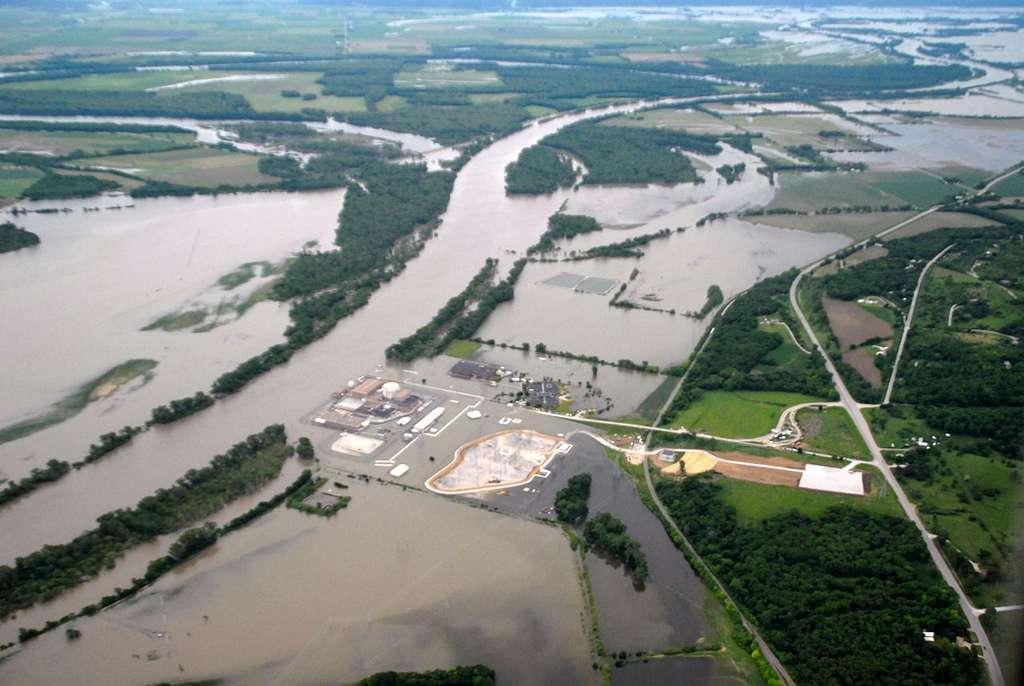 Lorsque d'intenses précipitations tombent en amont d'un cours d'eau, celui-ci voit son niveau monter et parfois, il déborde et sort de son lit, inondant ainsi les alentours. © US Army Corps of Engineers, Wikipédia, DP