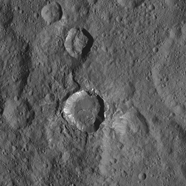 Cratère de 26 km de diamètre situé entre ceux de Fluusa et de Toharu. Les matériaux brillants sont notamment visibles sur ses parois. Plus de 130 taches blanches ont été identifiées à la surface de Cérès et la plupart sont dans ou autour de cratères d'impact. © Nasa, JPL-Caltech, UCLA, MPS, DLR, IDA