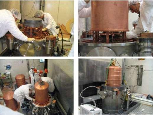 Différentes vues du cryostat de l'expérience EDELWEISS. Sur le plateau en plomb de la 1ère photo seront installés jusqu'à 110 détecteurs en germanium. Le cryostat est ensuite fermé avec différentes cloches en cuivre qui vont permettre d'atteindre des températures de l'ordre de 1/100 K