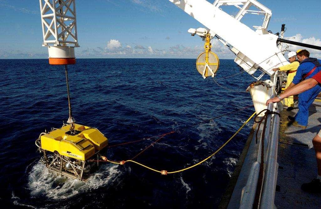 Le ROV Victor 6000 au bout de son câble, prêt à plonger. © Ifremer