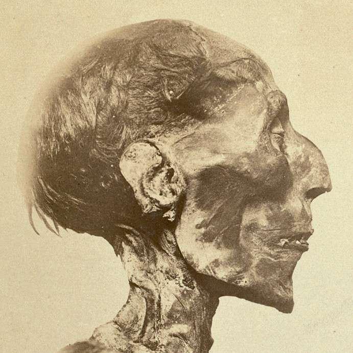 La momie du plus grand pharaon de l'Égypte ancienne, Ramsès II. Celui-ci a réussi à mêler d'importants faits d'armes avec un règne d'une durée exceptionnelle. © Emile Brugsch, Wikimedia Commons, DP