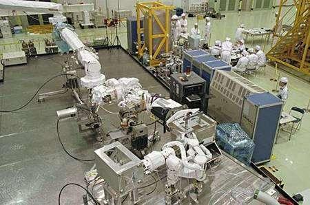 Essais du bras RMS au sol avant intégration au vol STS-124. Crédit Jaxa