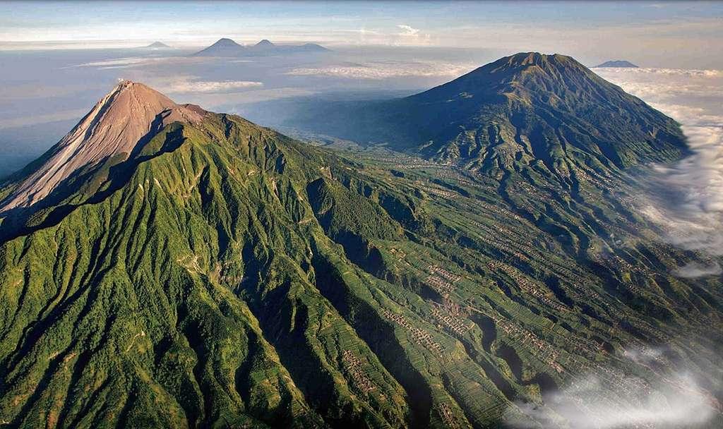 Le volcan Merapi à Java, en Indonésie, s'écroule régulièrement. À l'arrière-plan, on distingue, de gauche à droite, les volcans Sumbing et Sundoro et le plateau de Dieng. © Brigitte Werner, DP