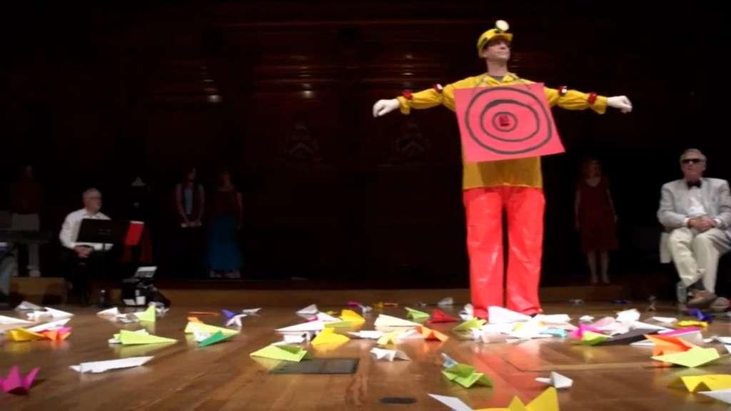 Les avions en papier, lancés depuis la salle du théâtre Sanders, ont atteint leur cible. La cérémonie de la remise des prix Ig Nobel 2012 peut commencer. © Improbable Research (extrait de la vidéo)