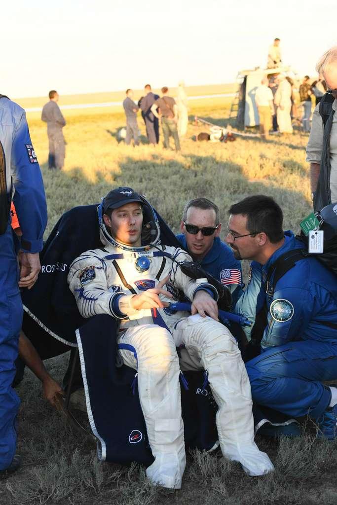Thomas Pesquet, quelques minutes après son débarquement de la capsule Soyouz qui l'a ramené sur Terre. Il est en position assise pour éviter tout risque de perte de connaissance. © ESA, S. Corvaja