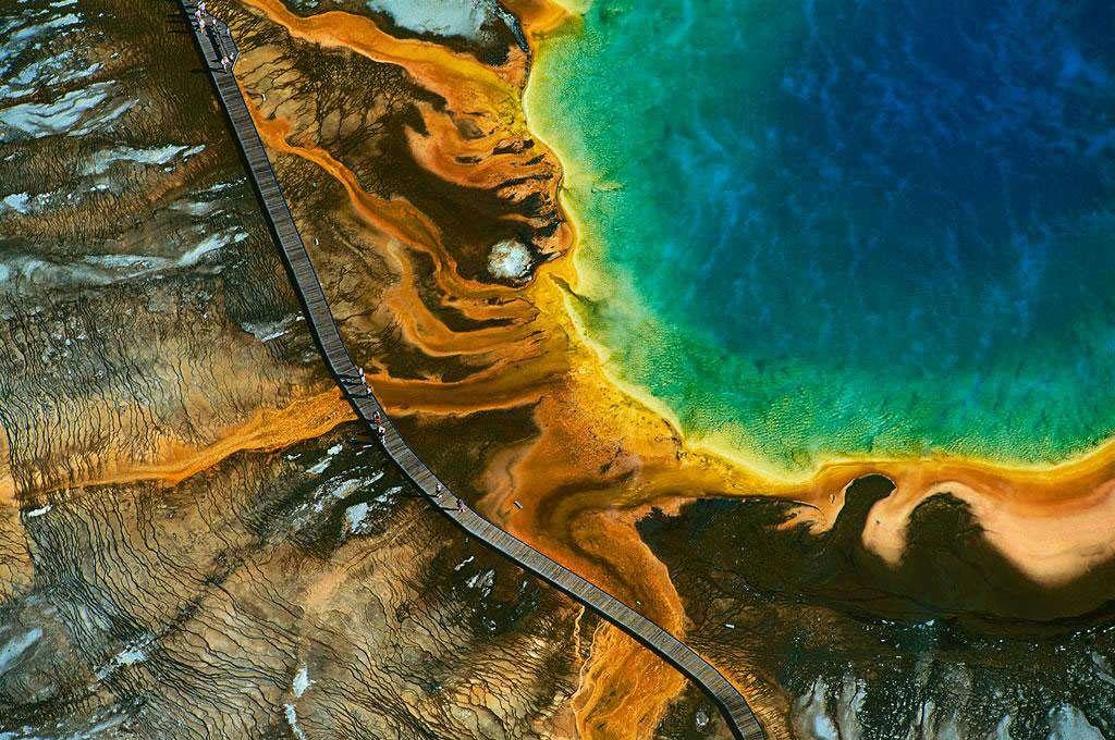 Source chaude du Grand Prismatic, parc national de Yellowstone, Wyoming, États-Unis (44°31' N - 110°50' O). Situé sur un plateau volcanique qui chevauche les États du Montana, de l'Idaho et du Wyoming et créé en 1872, Yellowstone est le premier et plus ancien parc national du monde. Alors que les États-Unis achevaient la conquête de l'Ouest et massacraient les derniers bisons, certains eurent l'intuition que la nature devait être protégée. Le parc s'étend sur 9.000 km² et présente la plus grande concentration de phénomènes géothermiques du globe, avec plus de 300 geysers, et des milliers de fumerolles et sources chaudes. © Yann Arthus-Bertrand - Tous droits réservés
