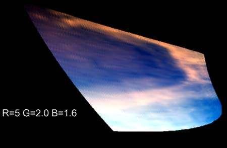 Le lac Ontario sur Titan, vu par Cassini lors de son 38e survol en décembre 2007. Le méthane qui s'en évapore durant l'été contribue à la couverture nuageuse du satellite. Source Nasa/Esa