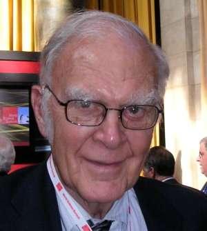 Franklin Rowland (1927-2012) est un chimiste américain qui a obtenu avec Mario Molina et Paul Crutzen le prix Nobel de chimie en 1995. Rowland est principalement connu pour sa découverte de l'action des chlorofluorocarbones (CFC) sur l'ozone. Il a montré que ces gaz sont capables de détruire des molécules d'ozone. © Markus Pössel, Wikimedia Commons, cc by sa 3.0