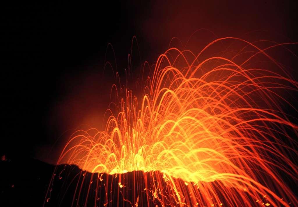 Explosion nocturne au piton Kapor (Piton de la Fournaise, île de la Réunion), en avril 1998. © J.-M. Bardintzeff, tous droits réservés, reproduction interdite