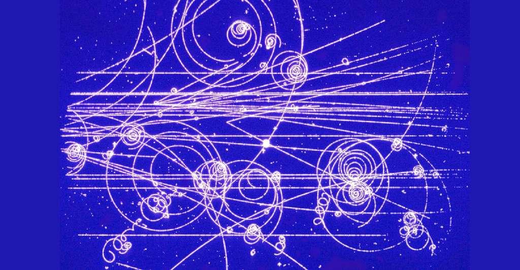 Des paires de particules et d'antiparticules ont été créées et sont observées en train de spiraler dans un champ magnétique à l'intérieur d'une chambre à bulles du Cern en 1970. © Cern