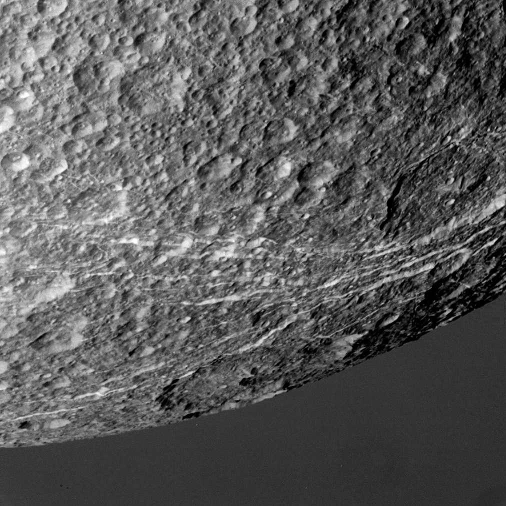 Quelques-unes des griffures qui caractérisent la face de Dioné qui n'est pas tournée vers Saturne. Il s'agit de failles tectoniques. © Nasa/JPL/SSI/J. Major