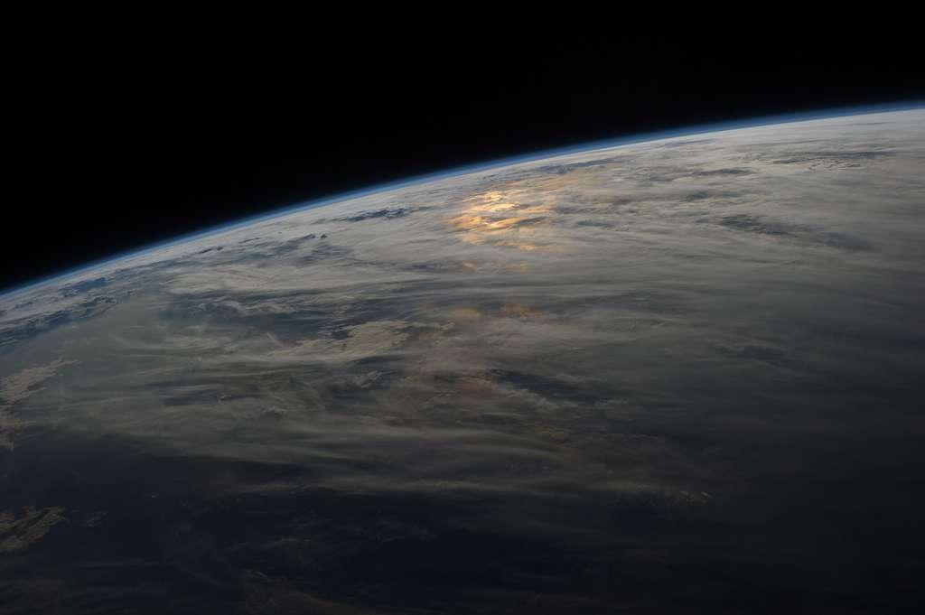 Pour communiquer sur de longues distances, il n'y a pas que le téléphone ou le satellite ! L'ionosphère, qui n'est pas limitée par la courbure de la Terre, est également utilisée pour communiquer au-delà de l'horizon. © Nasa
