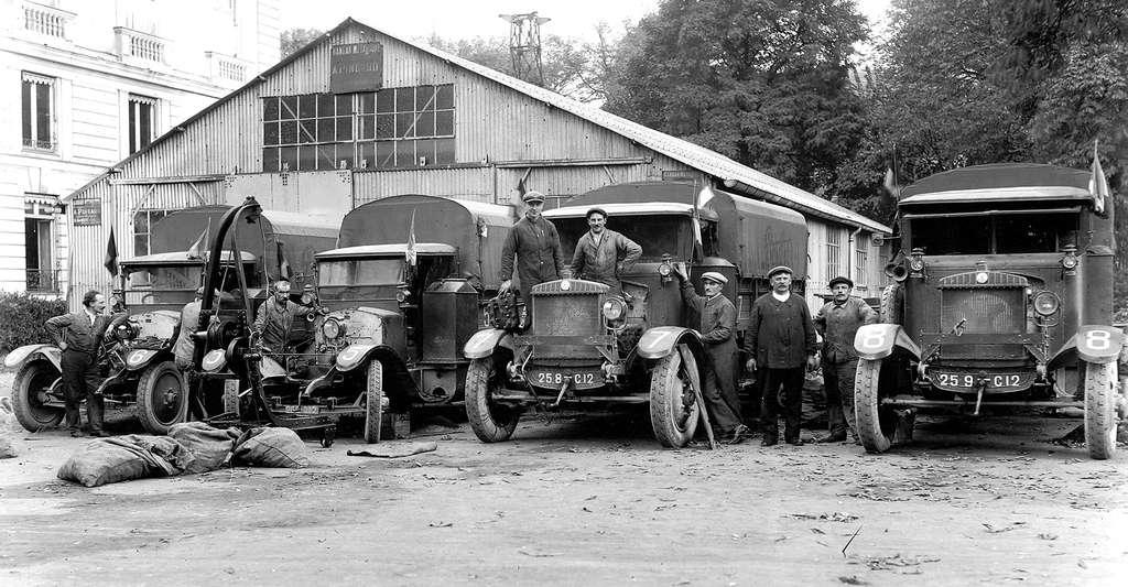 Les quatre camions Berliet après 2.100 km de route en 1925. © CNRS Photothèque / Fonds historique