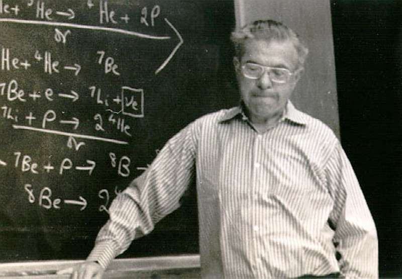 Le cosmologiste Fred Hoyle fait partie de ceux ayant démontré que les éléments chimiques prenaient naissance au cœur des étoiles. Il est ici photographié en plein cours d'astrophysique nucléaire. © Astrophysics Group at Clemson University, Department of Physics and Astronomy